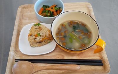 なめこの味噌汁・菜の花の和え物・さんま缶の炊き込みご飯の画像