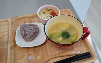 かぼちゃとブロッコリーの味噌汁・豆乳グラタン・黒米の画像