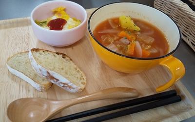 ミネストローネ・春野菜オムレツ・焼きたてパンの画像