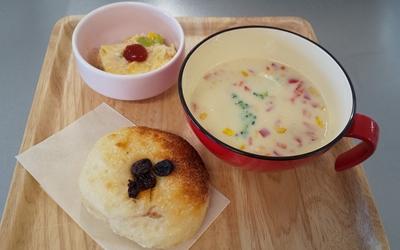 たくさん野菜のクリームスープ・スペイン風オムレツ・レーズンパンの画像