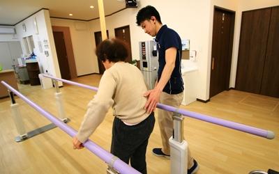 平行棒内歩行訓練の画像
